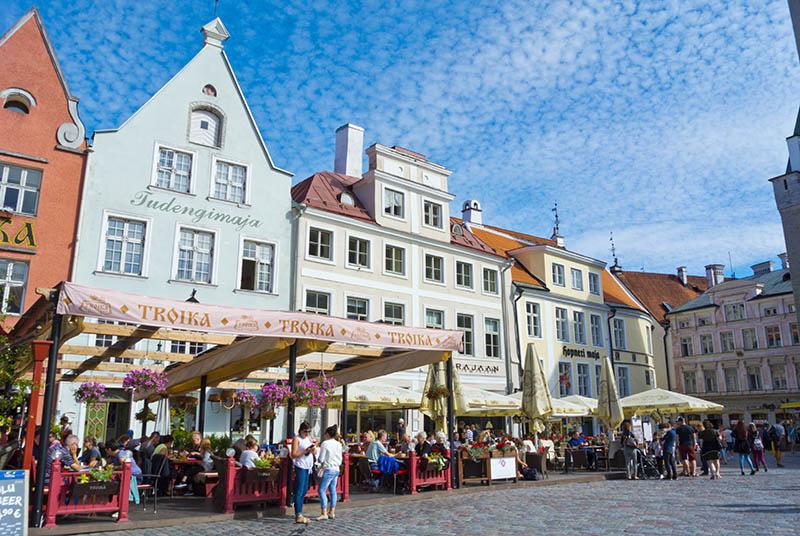 Liikkuminen Tallinnassa Kavellen Joukkoliikennevalineilla Ja Taksilla